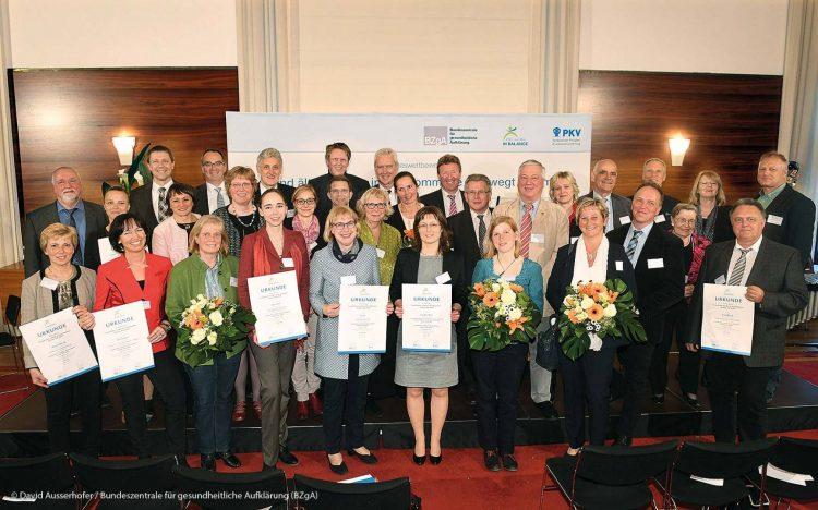 Das Bild zeigt ein Gruppenfoto von dem Wettbewerb Gesund älter werden
