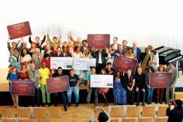 Das Bild zeigt die Preisträger von dem Wettbewerb Kommune bewegt Welt.