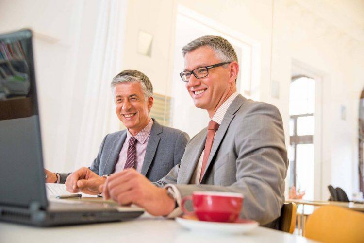 Das Bild zeigt zwei Anwender bei der Softwarelösung Prüfung ÖR
