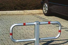 Parkplatzbügel und Poller