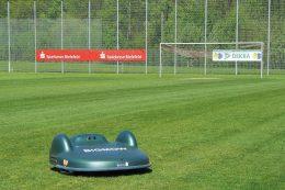 Roboter mähen den Sportrasen