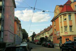 Das Bild zeigt einen Straßenabschnitt mit Seilleuchten