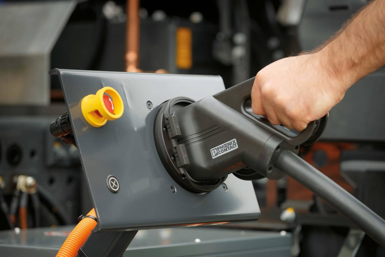 Statt des emissionsbelasteten Diesels tankt der Urban eTruck Strom.
