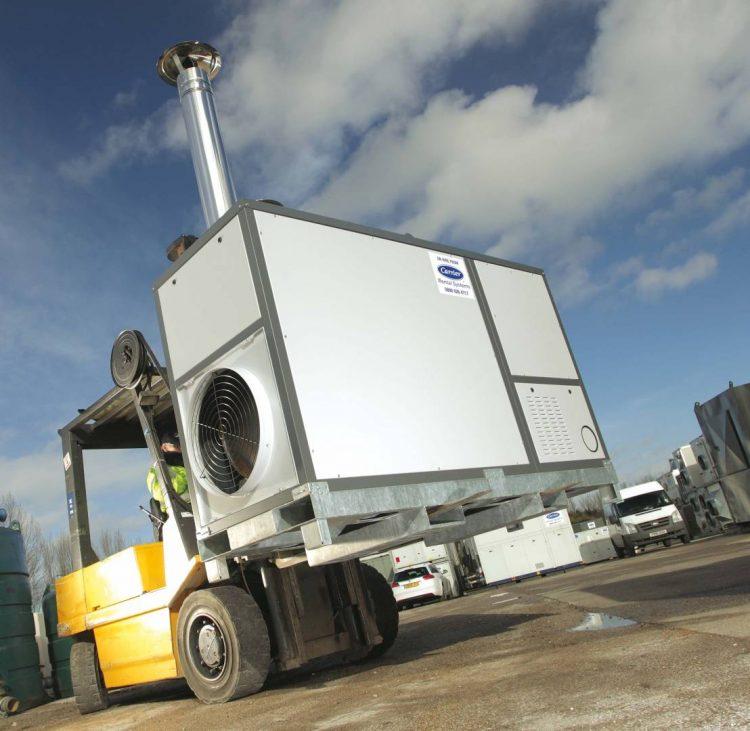 Gabelstapler transportiert eine mobile Heizanlage von Carrier Klimatechnik GmbH zum Einsatzort