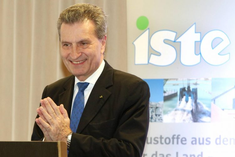 Guenther Oettinger steht am Rednerpult