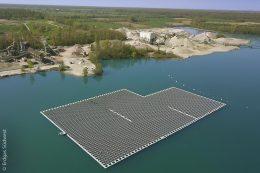 """Die schwimmende Photovoltaikanlage auf dem Baggersee """"Maiwald"""" bei Renchen versorgt ein Kieswerk und dessen Großgeräte mit klimafreundlichem Strom. Das Kraftwerk auf dem See ist das Größte seiner Art in Deutschland und hat Vorbildcharakter."""
