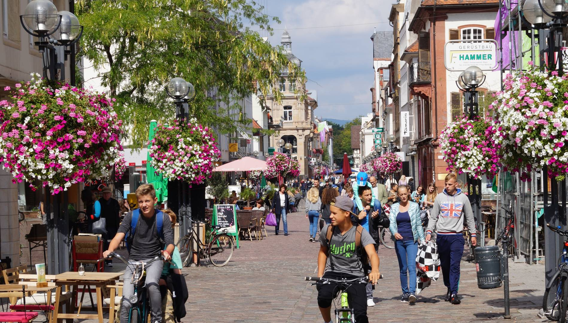 In ganz Deutschland unterwegs. Flower Baskets von Flower and Shower in der Landauer Fußgängerzone