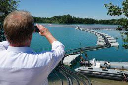 2300 schwimmende Module sorgen für 750 Kilowatt Peak Sonnenstrom. Die größte deutsche Anlage auf Wasser vermeidet pro Jahr 560 Tonnen CO2-Emissionen. Grund für Umweltminister Untersteller, ein persönliches Foto von diesem klimafreundlichen Kraftwerk zu machen.