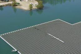 Auf der Detailansicht erschließt sich die wirkliche Größe der PV-Anlage auf dem Maiwaldsee bei Renchen: Als Größenvergleich dienen Arbeiter, die gerade Moduleinstellungen vornehmen, und ihr Motorboot, mit dem sie am linken Rand der PV-Anlage angelegt haben.