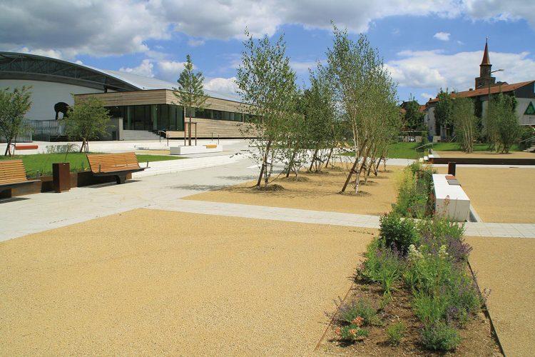 In Fürth wurden letztes Jahr die Außenanlagen des neuen Julius-HirschSportzentrums mit etwa 8500 Quadratmeter Freifläche für insgesamt rund zwei Millionen Euro fertiggestellt