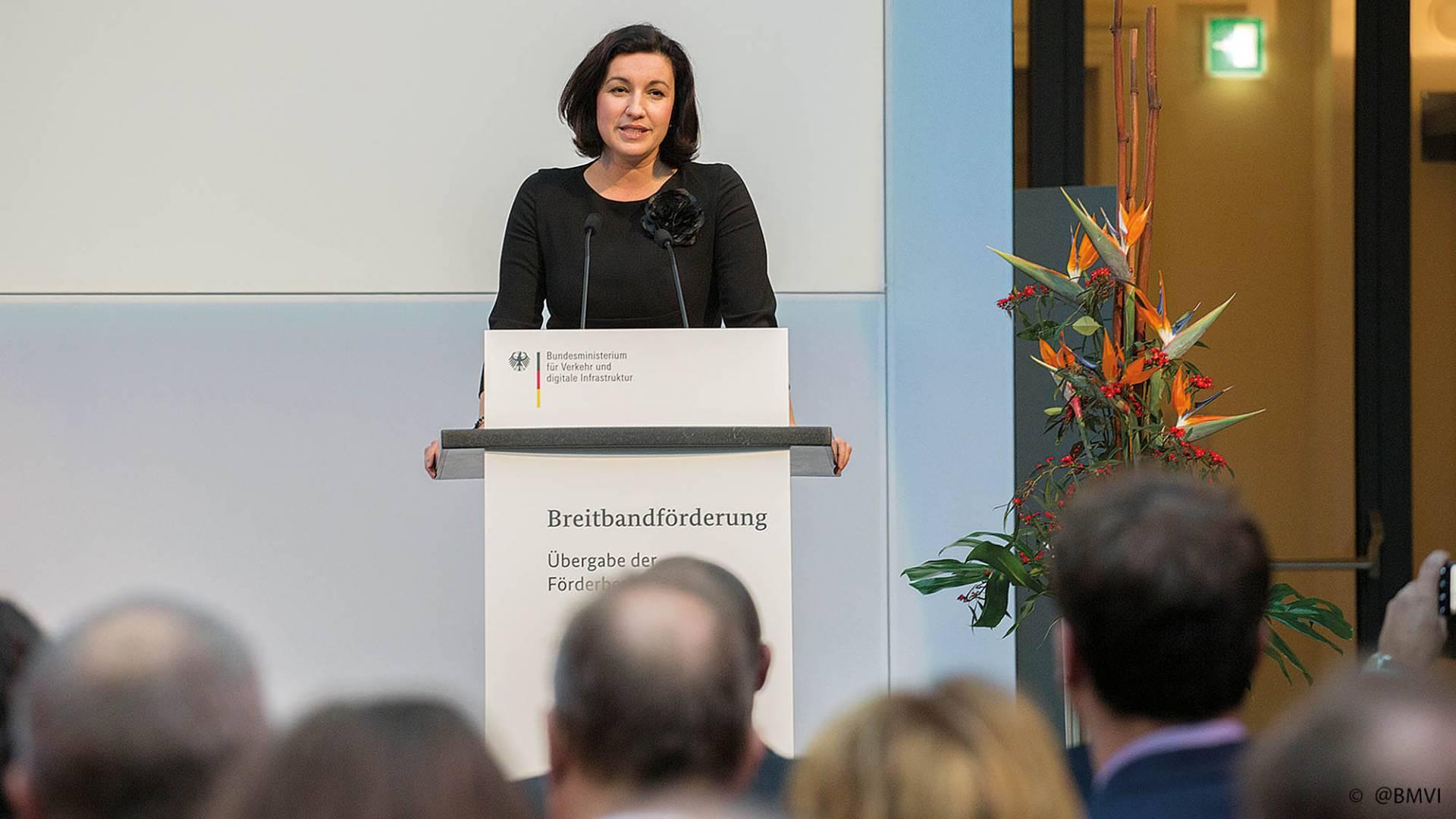Die Parlamentarische Staatssekretärin Dorothee Bär bei der Übergabe von Breitbandbescheiden