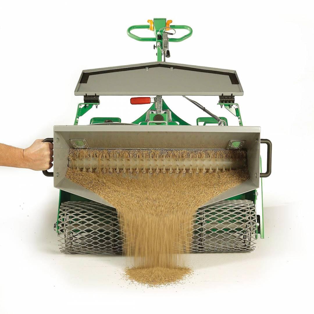 Rasenbaumaschine mit kippbarem Saatgutbehälter