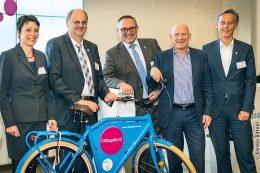 Der AGFK-Vorstand feierte 2015 gemeinsam mit dem baden-württembergischen Verkehrsminister Winfried Hermann den fünften Geburtstag des Vereins