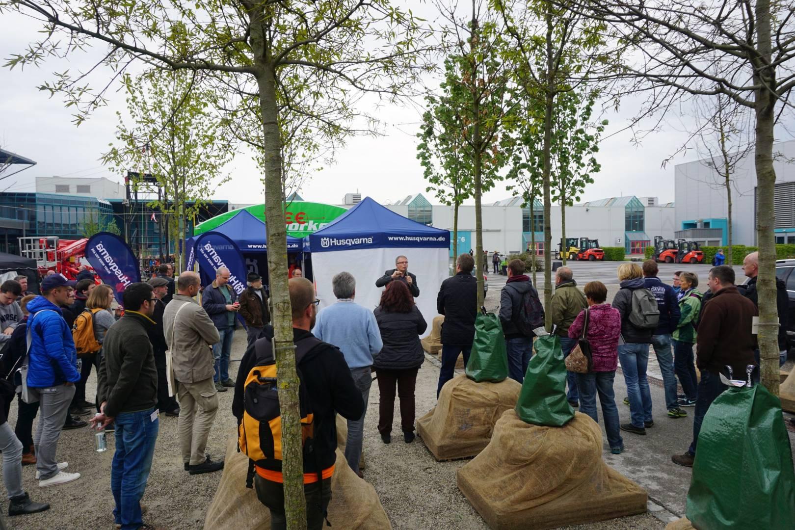 """Im Zukunftswald der LWG präsentierte Klaus Körber ausgewählte Baumarten, die sich im Rahmen des Klimawandel-Projektes """"Stadtgrün 2021"""" als besonders widerstands- und zukunftsfähig erwiesen haben. Foto: Kottich"""