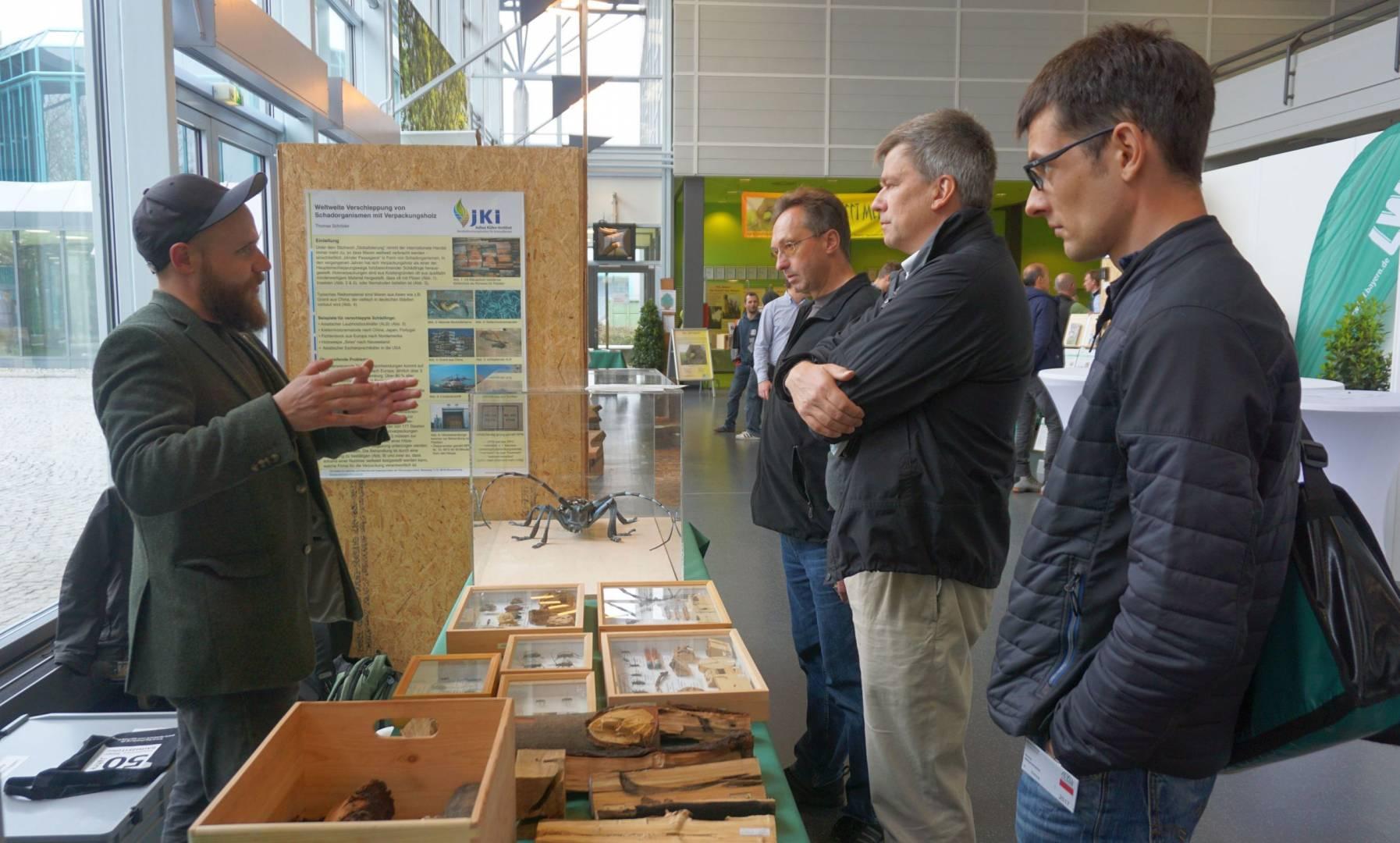 Am Stand des Julius Kühn Instituts konnten die Besucher Exponate von Baumschädlingen betrachten und sich mit Experten austauschen. Foto: Kottich