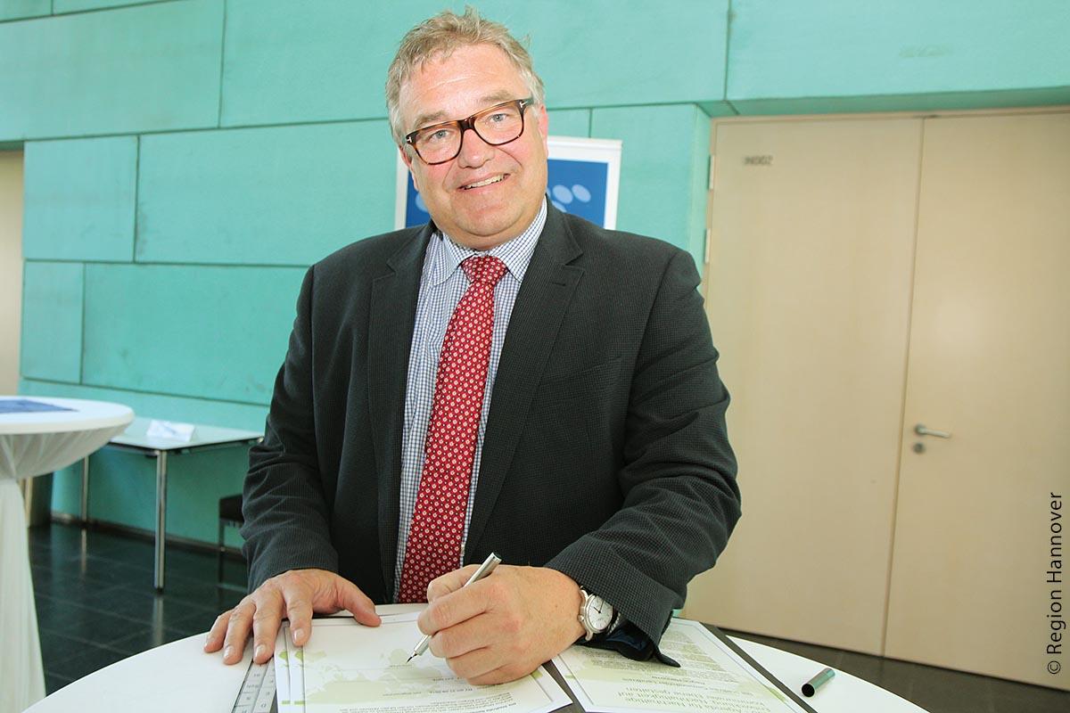 Hannovers Regionspräsident Hauke Jagau hat die Musterresolution unterzeichnet. Hauke Jagau 2030-Agenda. - © Region Hannover