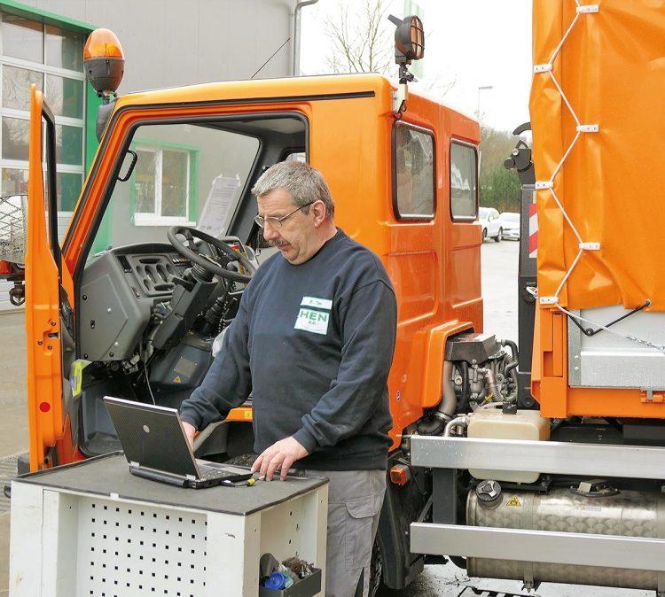 Ein Mitarbeiter der HEN-Fahrzeugtechnik lässt von einer Software eine Diagnose einer Motorsteuerung erstellen