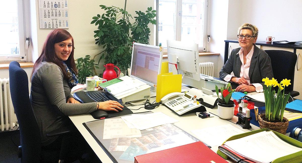 """Erfolgreiche Einführung der Software: In der """"ZEUSSchaltzentrale"""" wachen die Administratorinnen Rebecca Pfeiffer (links) und Anne Buchert vom Personalservice darüber, dass auch jede Buchung stimmt."""