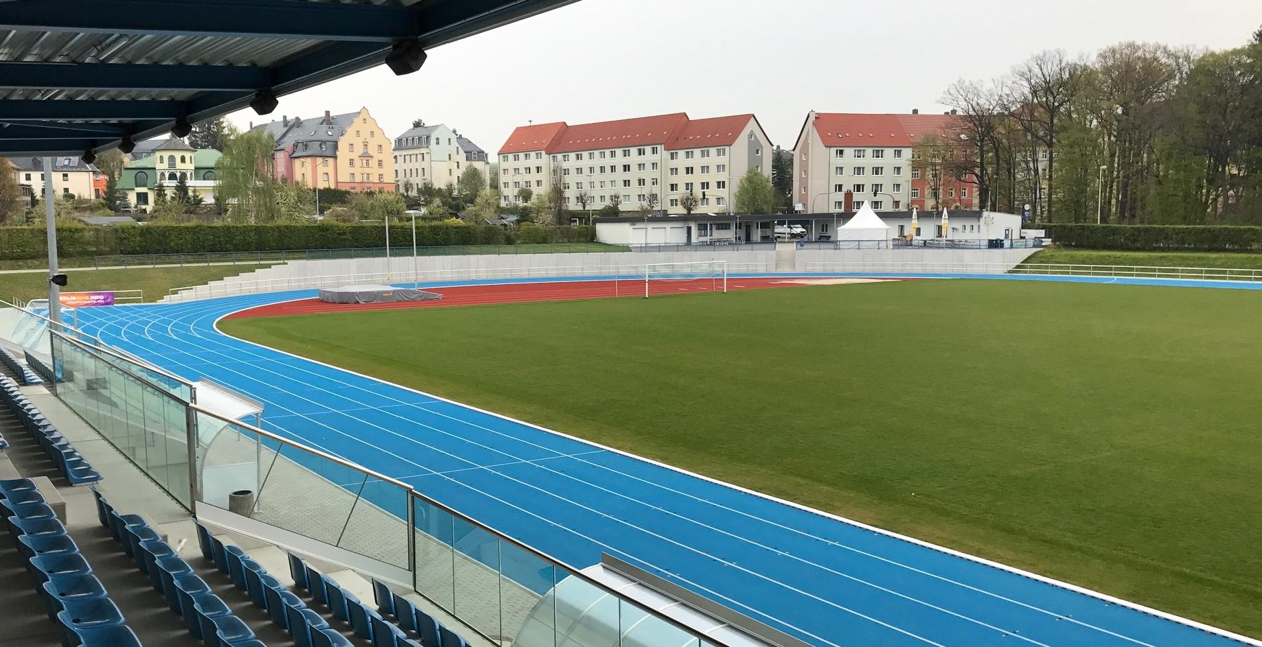 Leichtathletikanlagen in blau und rot prägen das Bild des neuen Stadions am Schwanenteich in Mittweida. Foto: Kutter Landschafts- und Sportplatzbau