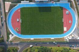 Zweifarbige Leichtathletikanlagen prägen das Bild des neuen Stadions am Schwanenteich in Mittweida. Foto: Ingenieurbüro Lochschmidt, Mittweida