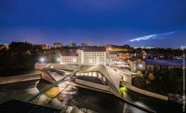 Das Wasserkraftwerk an der Keselstraße in Kempten – ein ausgezeichnetes Projekt des AÜW, das moderne Architektur mit der Nutzung erneuerbarer Energien verbindet.