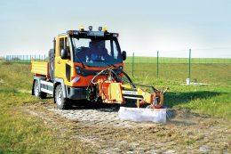 Die Wildkrautbürste WK 702 säubert mit Moosen bewachsene, gepflasterte Wege im Nu