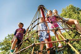 Pyramiden aus Seilnetz-Konstruktionen von HUCK Seiltechnik bringen Kinder hoch hinaus – und das nicht nur äußerst sicher, sondern auch fördernd