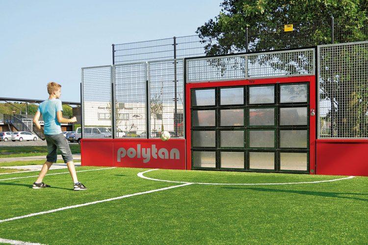 """Das """"Polytan Yalp Sutu"""" ist eine interaktive Sportwand mit sechzehn rechteckigen Feldern, die bei Berührung durch den Ball aufleuchten."""