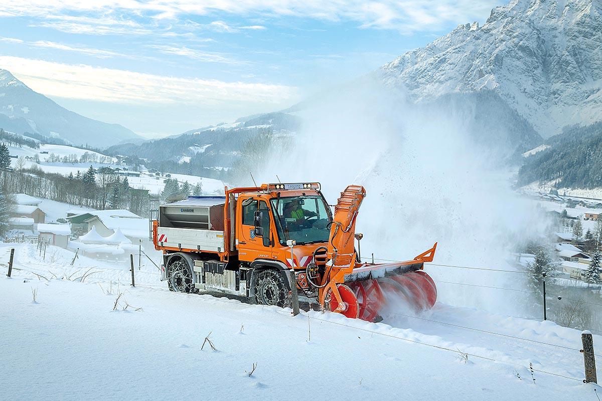 Neuer Unimog U 430 im Winterdienst in Leogang im Salzburger Land – so wie hier sind in ganz Europa hunderte von Unimog im Einsatz und räumen die Straßen von Schnee.