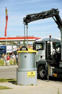"""Der Austausch des HalbunterflurSystems """"GT-One"""" (hier in Kraichgau Süd) kann mittels LKW-Kran zügig vorgenommen werden."""