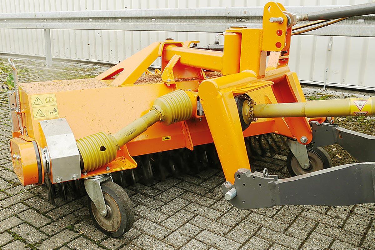 Die Maschinenfabrik Dücker bietet jetzt für Kehrmaschinen der HDK- und FKM Serien Kehrwalzen mit einem Wildkrautbesatz aus Stahl an.