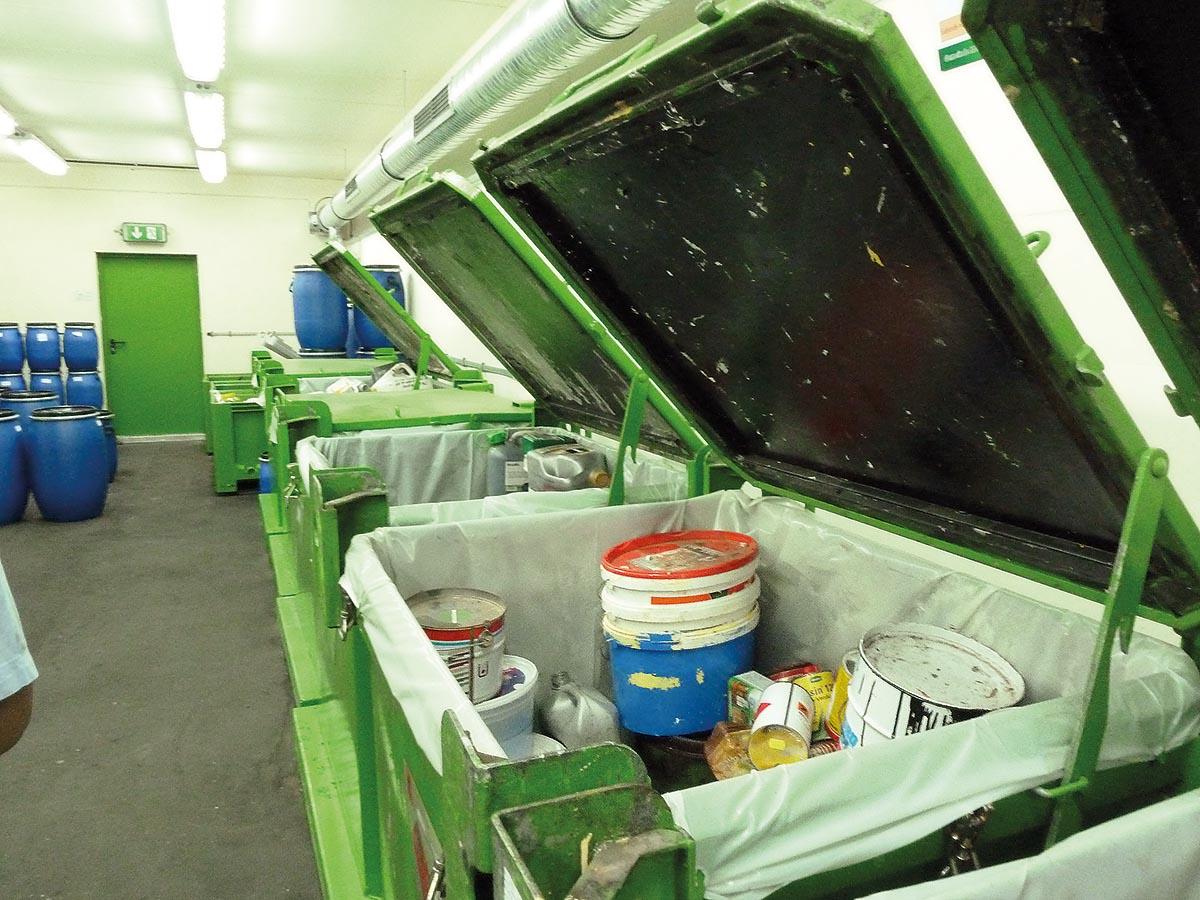 Hier, im Rückkonsumzentrum in Mettlach, ist die separate Schadstoffsammlung vorbildlich. Die Schadstoffe werden in Großcontainern gesammelt.