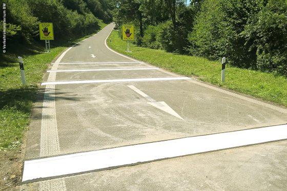 Falschfahrer werden an einem Testabschnitt der B29 neuerdings nicht nur durch Pfeile und Warnschilder auf ihre falsche Richtung hingewiesen, sondern auch durch speziell angefertigte Rüttelstreifen, die den Fahrer durch verstärktes Rütteln auf ihre verkehrte Fahrtrichtung aufmerksam machen.