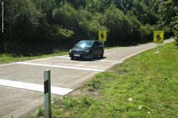 Autofahrer, die die Rüttelstreifen in der richtigen Richtung überfahren, sollen deutlich weniger von den akkustischen und haptischen Rüttel-Signalen spüren.