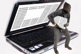 Laptop mit Bildklauender Gestalt