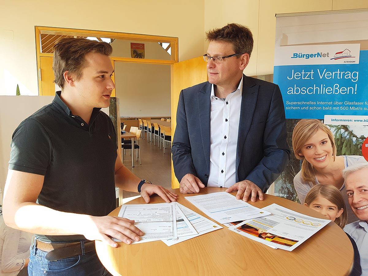 Bei der Vermarktung haben die BürgerNetGemeinden und die Stadtwerke Bamberg auf die persönlichen Kontakte gesetzt (hier mit Altendorfs Bürgermeister Karl-Heinz Wagner, rechts im Bild)