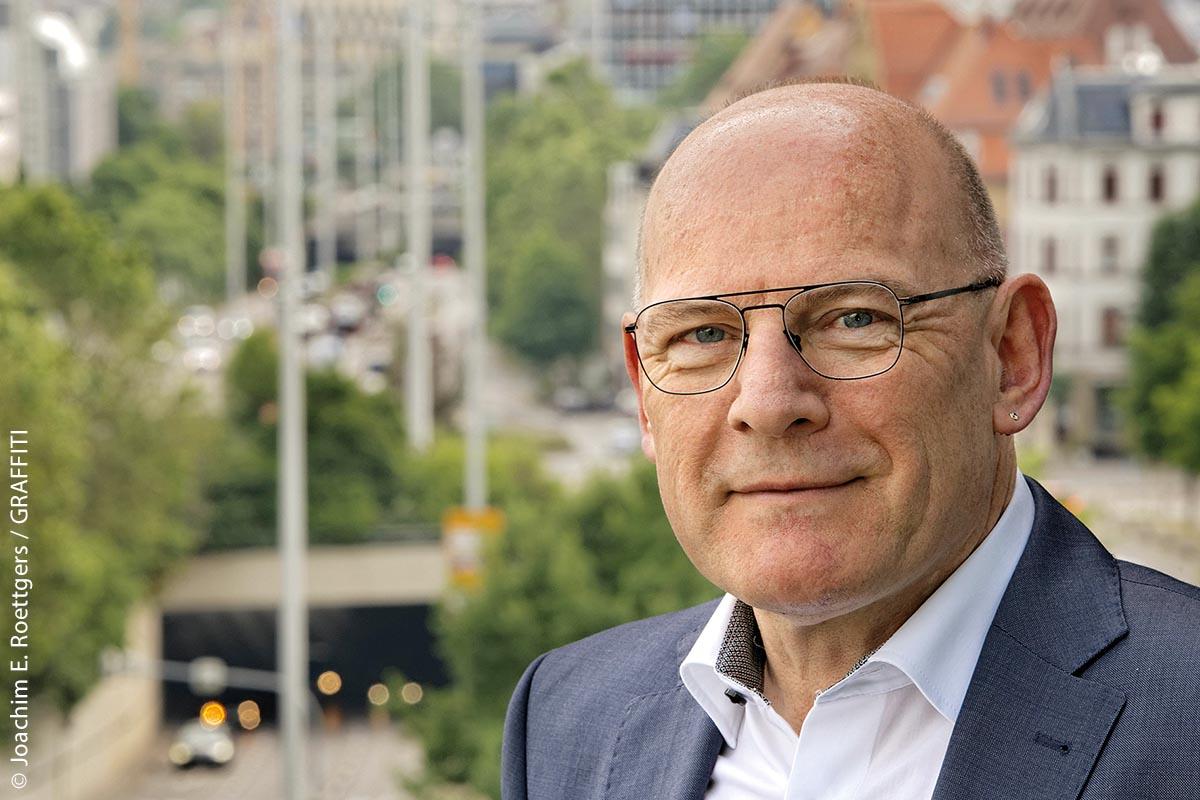 """Verkehrsminister und Landtagsmitglied Winfried Hermann: """"Der durchschnittliche Zustand der Bundes- und Landesstraßen in Baden-Württemberg hat sich nun erstmals seit Beginn der systematischen Zustandserfassung im Jahr 1992 verbessert. Diesen Weg werden wir weitergehen."""""""