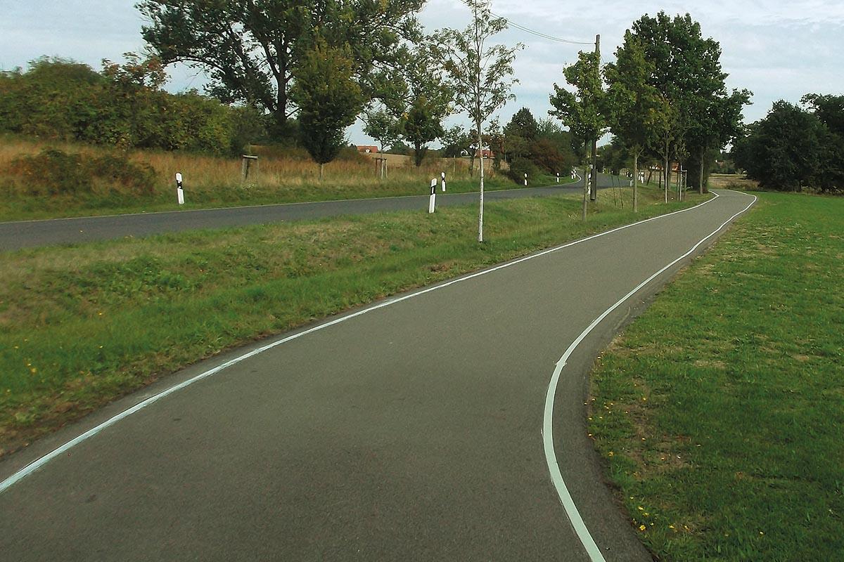 Ein markierter Radweg bei Tag.