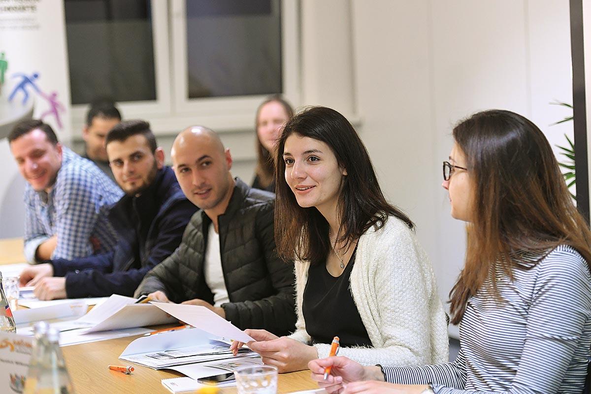 """Über Netzwerke erfahren Kommunen von kostenlosen Seminaren für qualifizierte Flüchtlinge zu Themen wie """"Erfolgreich bewerben – Wie sollte eine Bewerbung in Deutschland aussehen?"""" im WelcomeCenter Gewinnerregion"""