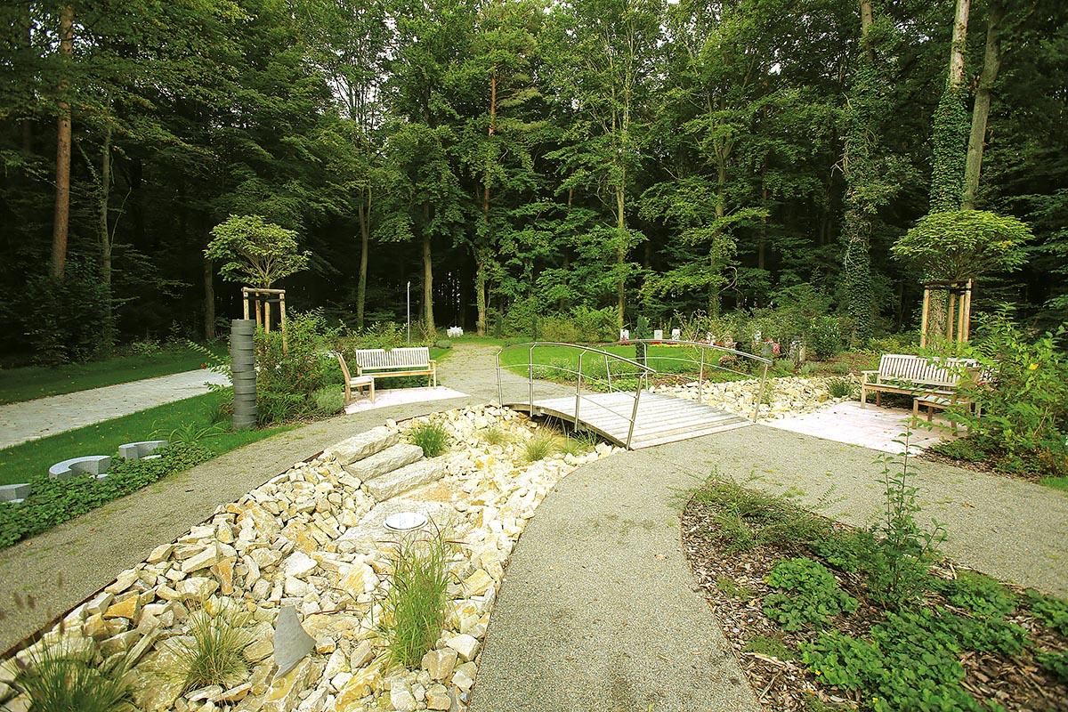 Friedhofsgestaltung mit Brücke und Lebensfluss in Veitshöchheim bei Würzburg