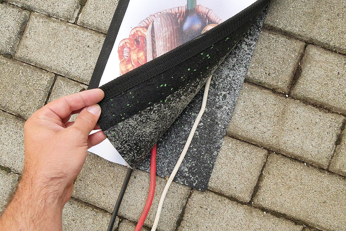 Die Kabel werden dabei ganz einfach zwischen Boden- und Abdeckmatte von SUNDOG platziert