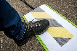 Die SUNDOG Kabelabdeckungen mit UV-beständiger Werbefläche und Antirutschstruktur ermöglicht das sichere Überqueren über bei Veranstaltungen und Märkten ausgelegte Kabel.