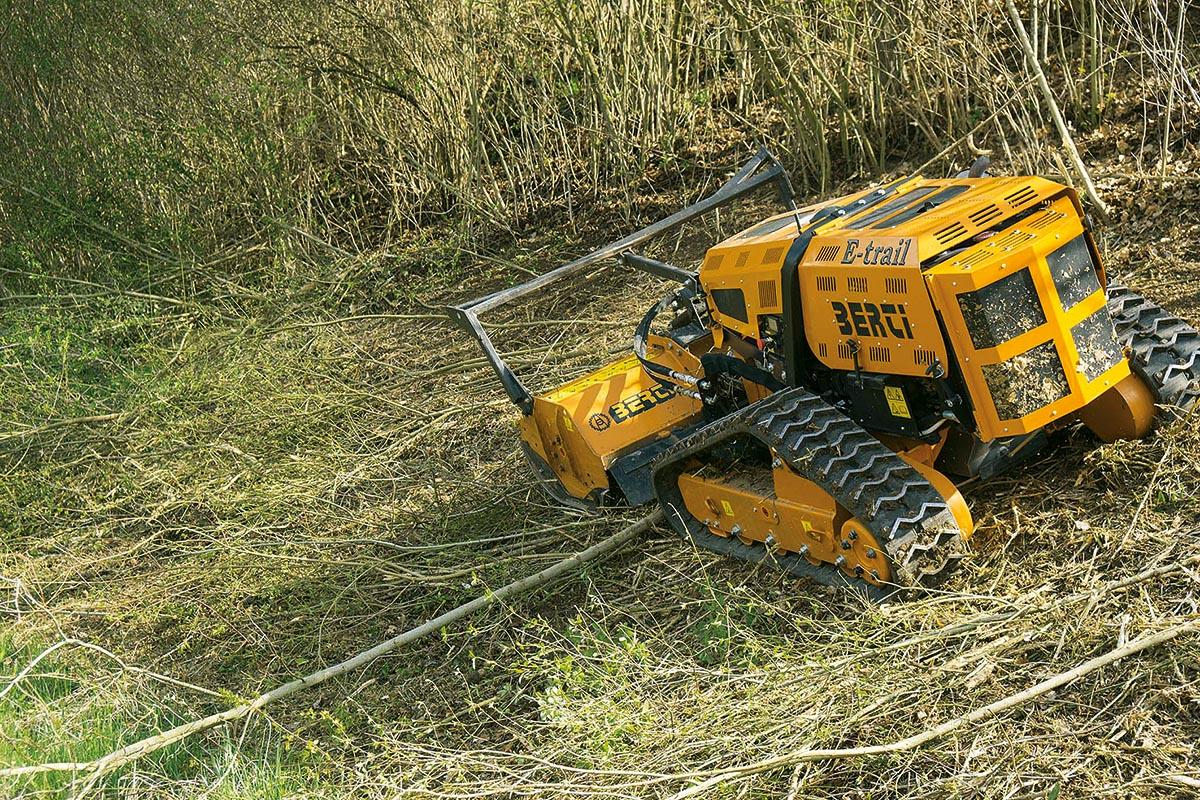 Der ferngesteuerte E-TRAIL eignet sich zum Schneiden von Gras und Gestrüpp in jeder Arbeitsumgebung.
