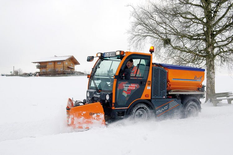 Der flexible Schneepflug MUVO dient sowohl zum Durchfahren von Tiefschnee als auch zum Räumen von Schnee.
