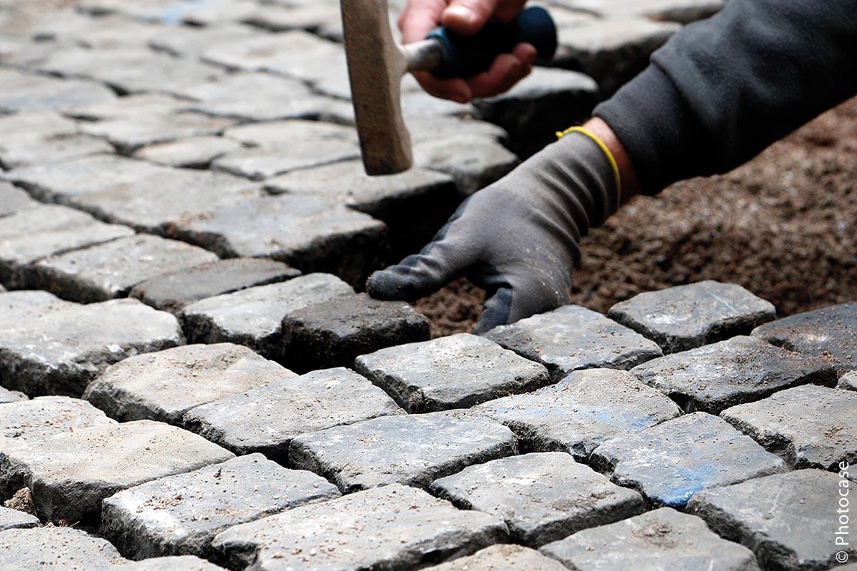 Auch bei der Beschaffung von Pflastersteinen können Kommunen auf eine faire Zertifizierung achten.