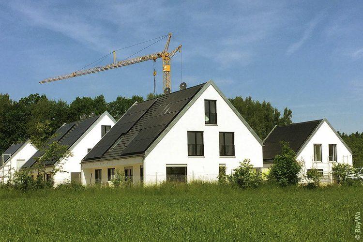 Seit dem Bezug des ersten Einfamilienhauses im April 2017 hat sich viel getan: Inzwischen sind elf der insgesamt 13 Wohneinheiten an ihre Eigentümer übergeben. Die letzten beiden Einfamilienhäuser werden in den kommenden Wochen bezugsfertig sein.