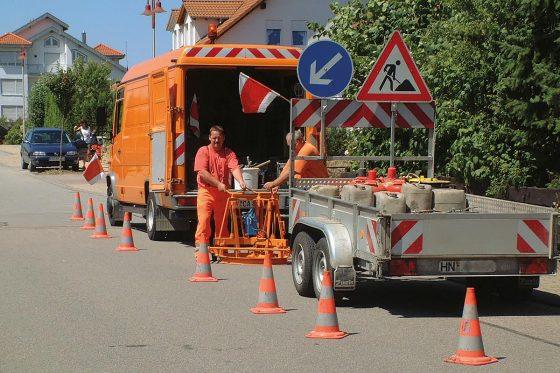 Sobald eine Schachtabdeckung beschädigt ist, wird eine Sanierung umgehend erforderlich. Anderenfalls gefährdet sie den Verkehr und schädigt das Bauwerk.