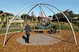 """Vogelnestschaukel: Eine Bereicherung auf jedem Spielplatz: die Korbschaukel """"Bimbo"""" von Hally-Gally"""