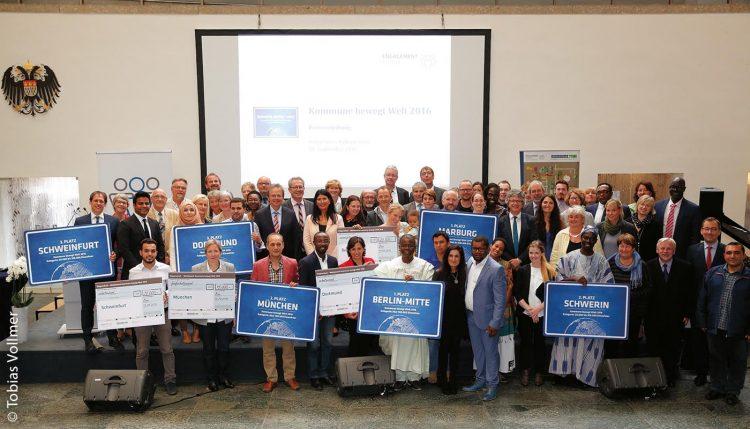 """Die Preisträger des Wettbewerbs """"Kommune bewegt Welt – Der Preis für herausragende kommunale Beispiele zu Migration und Entwicklung"""" im Jahr 2016"""