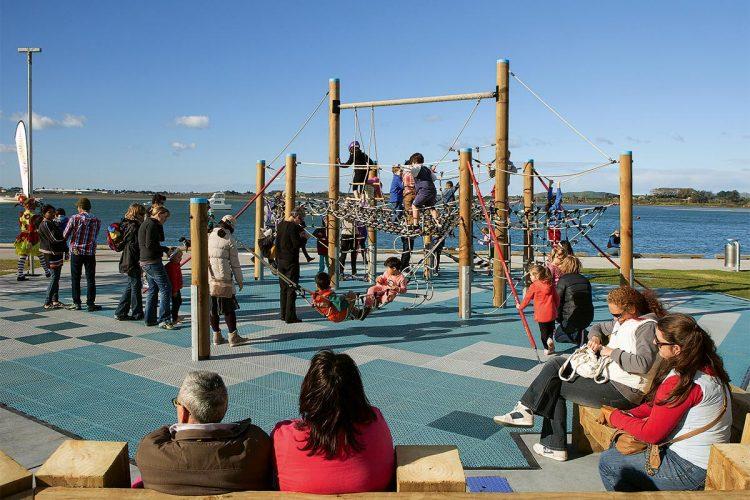 Mit Spielgeräten auf dem Pausenhof gehen Schüler wieder der gesundheitlich notwendigen Bewegung nach.